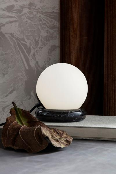 Rest bordlampe i sort marmor fra Ferm Living