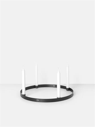 Cirkel lysestage i sort messing - adventsstage fra Ferm Living