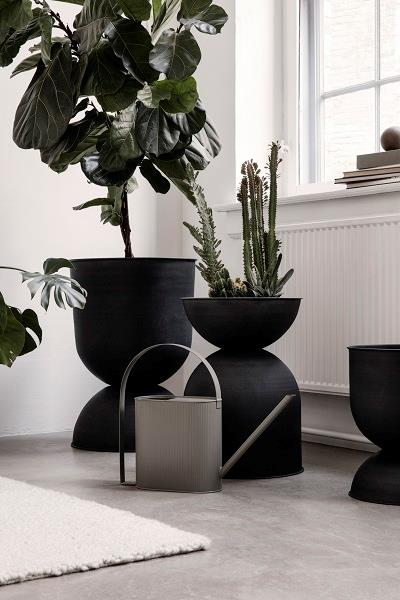 Hourglass urtepotteskjuler small i sort fra Ferm Living